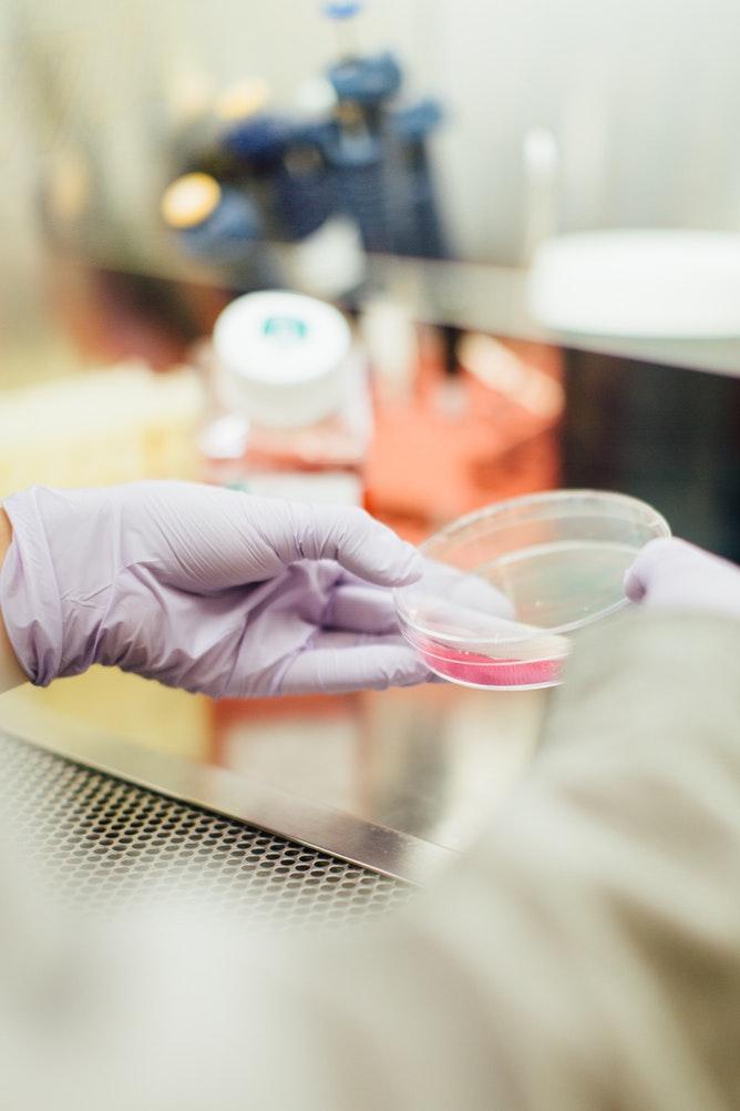 Robot vs Humanoïde : la préparation automatisée réduit-elle la contamination aux cytotoxiques ?